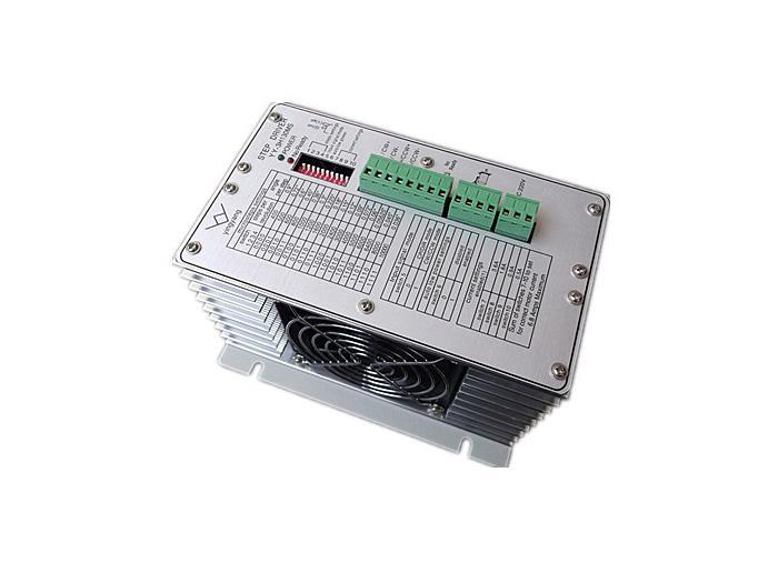 产品特性: 1.AC80V-220V交流供电,能适应恶劣的电网环境。 2.交流伺服原理,双极性恒流细分驱动。 3.最大输出驱动电流6.8A/相,16挡电流选择,适用于多型号步进电机。 4.最大细分10000步/转,有16种细分模式可供选择。 5.过压,过流,短路,温度保护。 6.所有输入信号都经过光电隔离。 7.